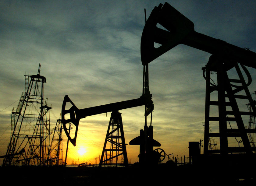 Цената на петрола продължава стремително да пада