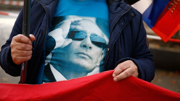 A protester supporting Russian President Vladimir Putin demonstrates in front of the German Chancellery prior to his visit by in Berlin, Germany October 19, 2016. REUTERS/Axel Schmidt - RTX2PIX1