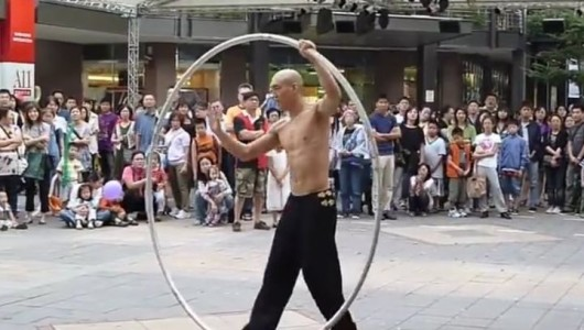 Чудеса: Този монах сякаш идва от друга планета! (видео)