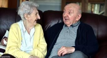 Трогателно: 98-годишна майка се премести в старчески дом за да се грижи за 80-годишния си син (галерия)